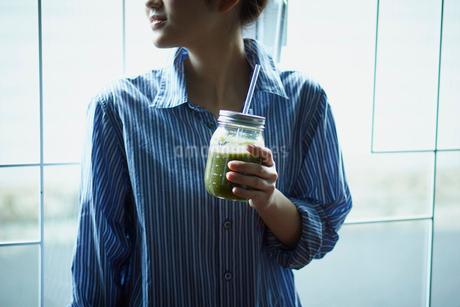 スムージーを持つ女性の写真素材 [FYI02058851]