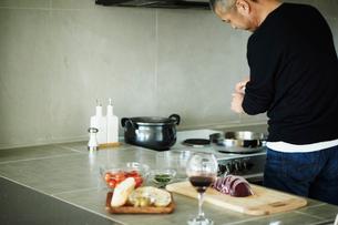 料理をするミドル男性の写真素材 [FYI02058861]