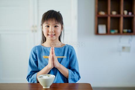 食卓で手を合わせる日本人の女の子の写真素材 [FYI02058863]