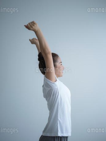 伸びをする女性の写真素材 [FYI02058865]