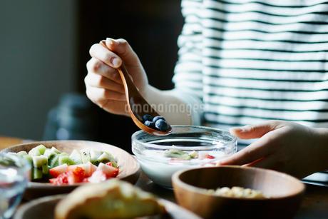 朝食を食べる女性の手元の写真素材 [FYI02058884]