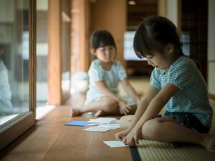 折り紙で遊ぶ女の子2人の写真素材 [FYI02058887]