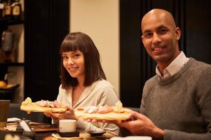 寿司屋で食事をする外国人の写真素材 [FYI02058888]