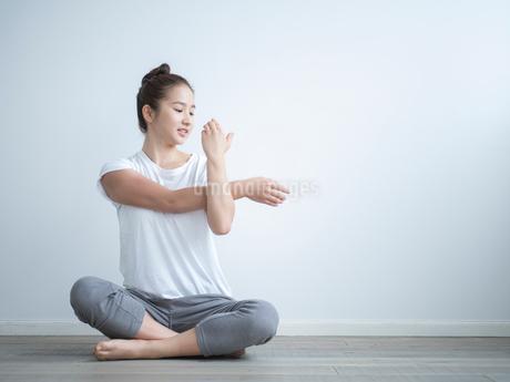 ストレッチをする女性の写真素材 [FYI02058897]