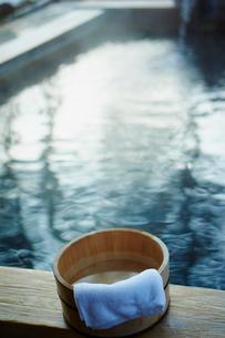 温泉の桶とタオルの写真素材 [FYI02058909]