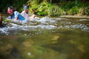 川遊びをする女の子2人の写真素材 [FYI02058919]