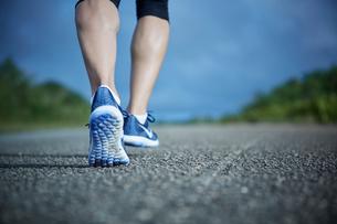 ランニングをする女性の足元の写真素材 [FYI02058923]