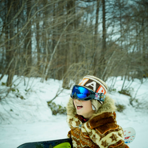 スノーボードを楽しむ男の子の写真素材 [FYI02058926]