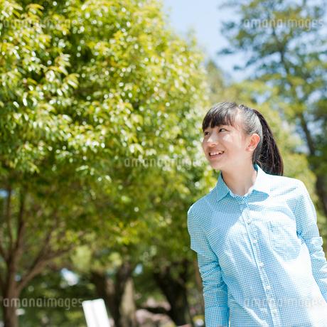 笑顔の10代女性の写真素材 [FYI02058929]