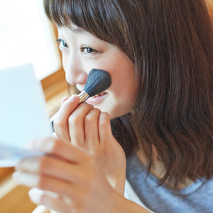 メイクをする若い女性の写真素材 [FYI02058933]