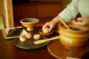 おにぎりを作るシニア女性の手元の写真素材 [FYI02058934]
