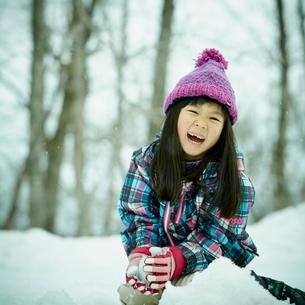 雪遊びをする女の子の写真素材 [FYI02058943]