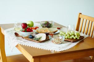 テーブルの上の朝食の写真素材 [FYI02058970]