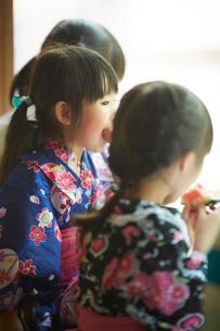 スイカを食べる浴衣姿の女の子たちの写真素材 [FYI02059012]