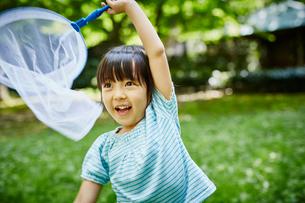虫取りをする女の子の写真素材 [FYI02059016]
