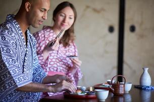 浴衣姿で食事をする外国人カップルの写真素材 [FYI02059041]