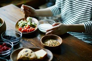 朝食を食べる女性の手元の写真素材 [FYI02059043]