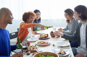 ホームパーティーをする外国人と日本人の写真素材 [FYI02059044]