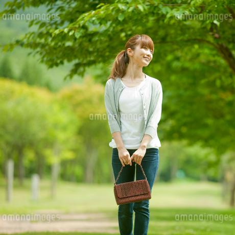 バッグを持つ女性と新緑の写真素材 [FYI02059049]
