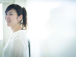 笑顔のミドル女性の写真素材 [FYI02059051]