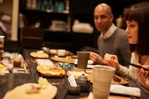 寿司屋で食事をする外国人の写真素材 [FYI02059067]