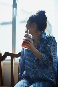 スムージーを持つ女性の写真素材 [FYI02059068]