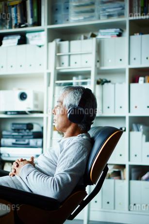 ヘッドフォンで音楽を聴くシニア男性の写真素材 [FYI02059087]