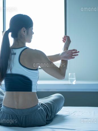 ストレッチをするミドル女性の写真素材 [FYI02059089]
