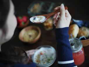 フルーツグラノーラヨーグルトを食べる女性の写真素材 [FYI02059090]