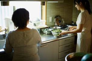 料理をする娘と母親の写真素材 [FYI02059094]