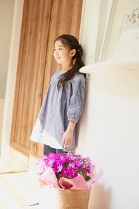 ドアの横に立つ女の子の写真素材 [FYI02059097]