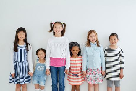 手をつなぐ日本人と外国人の女の子6人の写真素材 [FYI02059111]