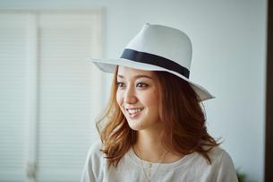 帽子を被った女性の写真素材 [FYI02059114]
