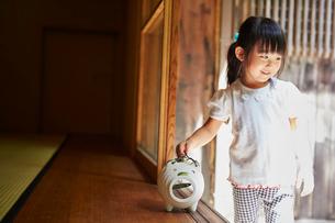 縁側の蚊取り豚と女の子の写真素材 [FYI02059117]