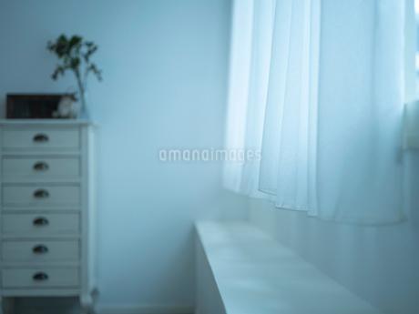 窓のカーテンとチェストの写真素材 [FYI02059120]