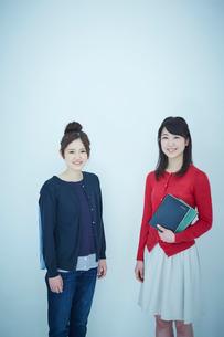 2人の女子大生のポートレートの写真素材 [FYI02059124]