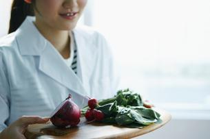 野菜を持つ白衣姿の女性の写真素材 [FYI02059128]