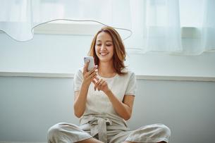 スマートフォンを操作する女性の写真素材 [FYI02059132]