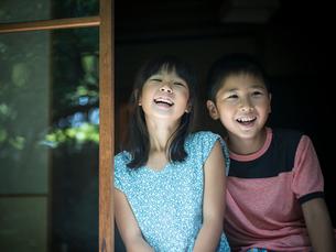 笑顔の男の子と女の子のポートレートの写真素材 [FYI02059134]