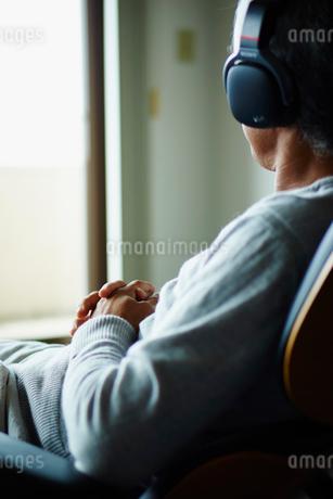 ヘッドフォンで音楽を聴くシニア男性の写真素材 [FYI02059135]