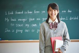 黒板の前に立つ女子学生の写真素材 [FYI02059152]
