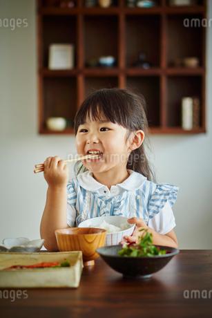 食事をする女の子の写真素材 [FYI02059154]