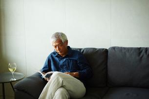 本を読むシニア男性の写真素材 [FYI02059160]