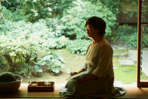 縁側に座るシニア女性の写真素材 [FYI02059173]