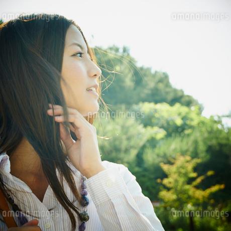 女性の横顔の写真素材 [FYI02059176]