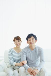 ソファに座る若いカップルの写真素材 [FYI02059177]
