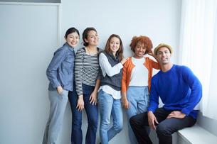 笑顔の外国人と日本人の写真素材 [FYI02059180]