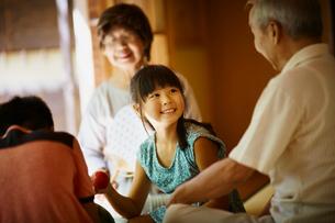 縁側で談笑する祖父母と孫たちの写真素材 [FYI02059181]
