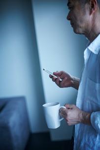 スマートフォンを操作するミドル男性の写真素材 [FYI02059182]