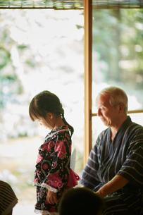 浴衣姿の女の子と甚平を着た祖父の写真素材 [FYI02059189]